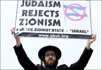 A member of Neturei Karta protesting against the violences inflicted on Palestinian civilians